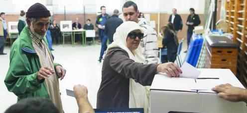 Una familia musulmana votaba, ayer, en un colegio de Barcelona