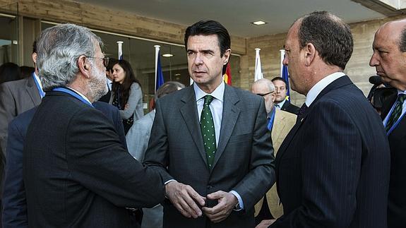 Soria, en el centro, entre Monago (izqda.) y Rodríguez Ibarra