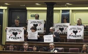 Los diputados de Amaiur exhiben en el Congreso carteles de acercamiento de presos etarras.
