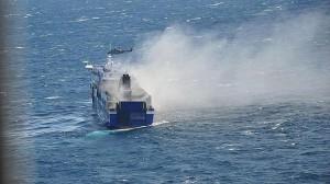 Imagen facilitada por la aviación militar italiana del buque incendiado en aguas del Adriático
