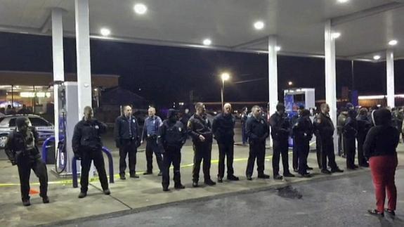 La Policía formando un cordón de seguridad en la gasolinera.