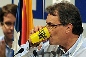 El presidente de la Generalidad, Artur Mas, bebe de un vaso con el lema 'Catalonia is not Spain' durante el congreso de la JNC, las juventudes de CDC.