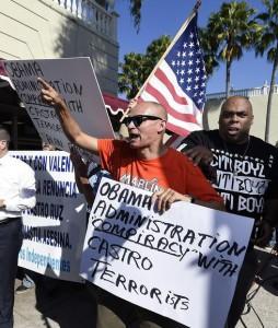 Protestas contra la decisión de Obama en el barrio de la Pequeña Habana de Miami.