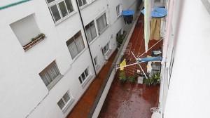 La vivienda, en un primer piso, da al patio superior, por donde entraron los agentes en la casa.