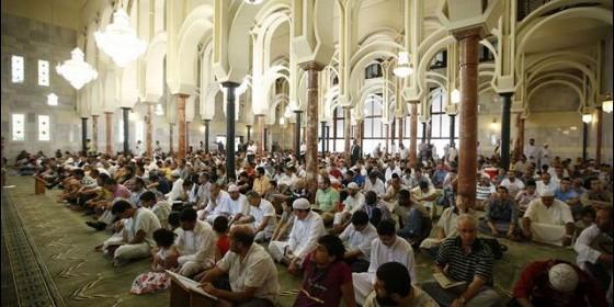 Un grupo de musulmanes rezando en la mezquita de la M-30 de Madrid