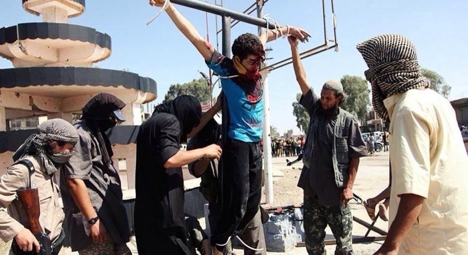 Milicianos del Estado Islámico crucifican a un prisionero cristiano