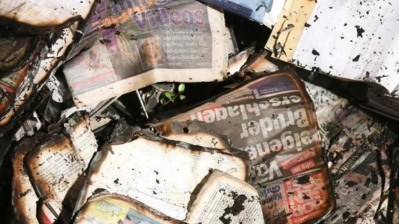 Periódicos calcinados por el ataque.