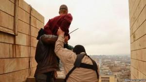 Militantes islámicosse preparan para lanzar a un hombre desde una azotea en Mosul como castigo por ser gay.