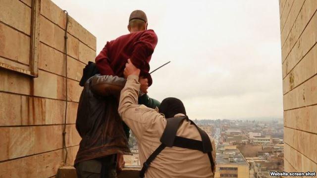 Miembros del Estado Islámico se preparan para lanzar a un hombre desde una azotea en Mosul como castigo por ser gay.