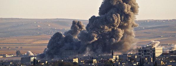 Una columna de humo se alza sobre una posición del Estado Islámico en Kobane, una imagen que se ha convertido en habitual desde septiembre