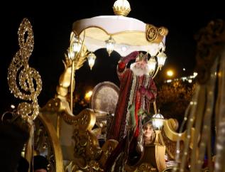 Melchor saluda durante la cabalgata en Madrid.