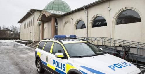 La Policía, junto a la mezquita de Uppsala
