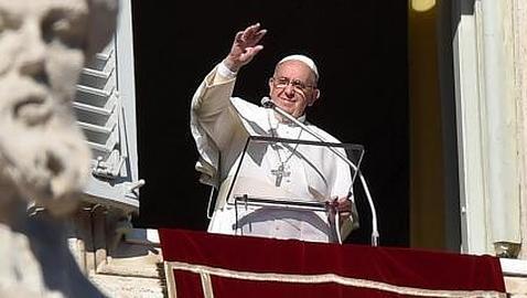 El Papa Francisco saluda a los miles de turistas y peregrinos desde la ventana del Palacio Apostólico durante la primera oración del Ángelus del año en el Vaticano, el jueves 1 de enero de 2014