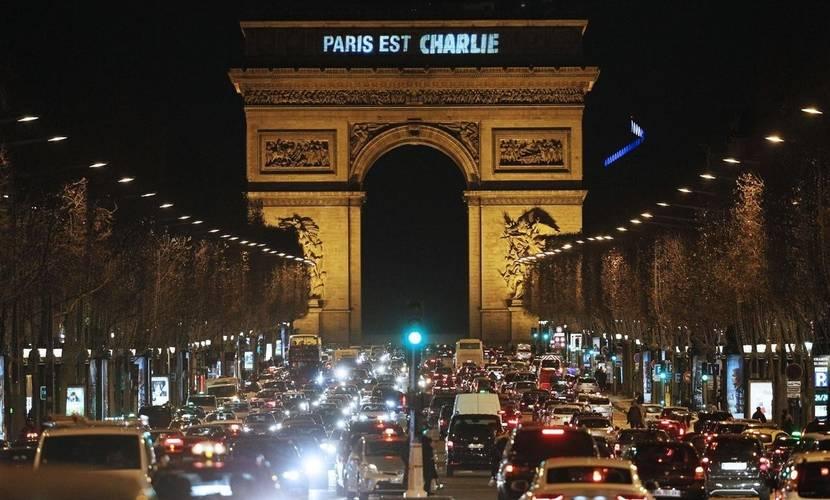 París es Charlie. El arco del triunfo anoche homenajea a los caídos, tras la finalización de tres días de pesadilla.