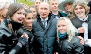 Vladimir Putín con un grupo de graduados universitarios.