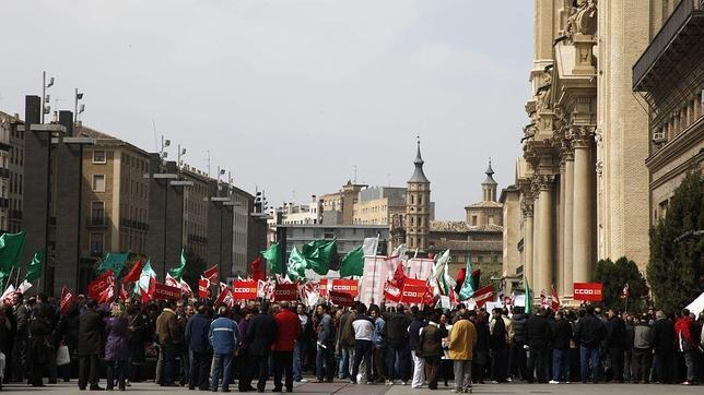 Concentración sindical en la zaragozana Plaza del Pilar