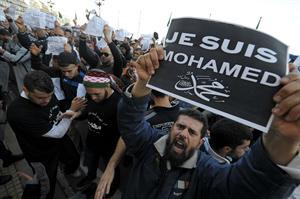 """Un manifestante argelio sostiene un cartel en el que se lee """"Yo soy Mahoma"""", como muestra de rechazo a la portada de Charlie Hebdo."""