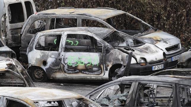 Coches quemados durante la Nochevieja en Francia.