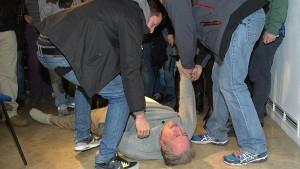 El camarero Alberto Casillas es desalojado