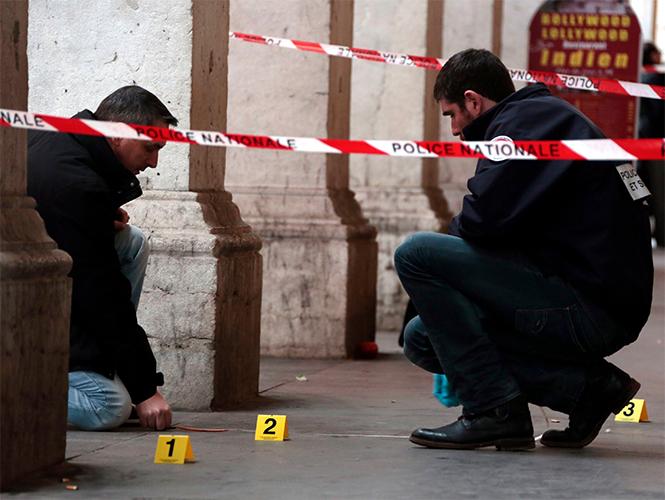 Agentes analizan el lugar donde se produjo el ataque en Niza.