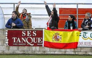 La bandera que el árbitro ordenó retirar durante el partido Mercadal-Montuiri