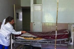 Una cama de hospital en pésimas condiciones en el Hospital Central de Maracay, Venezuela.