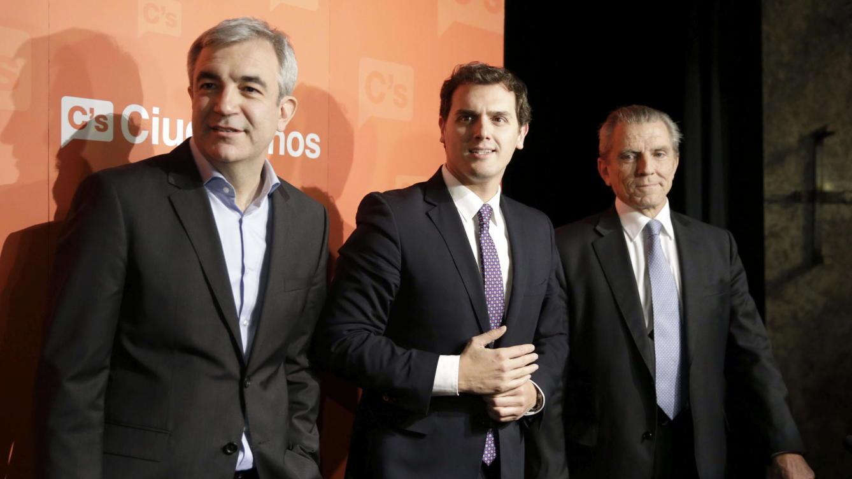 El presidente de Ciudadanos, Albert Rivera, junto a los economistas Luis Garicano y Manuel Conthe.