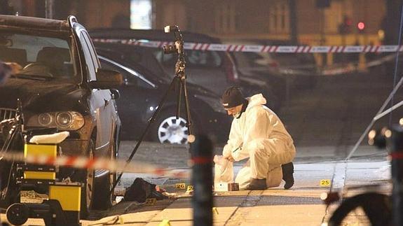 Un forense estudia la zona del atentado de este sábado