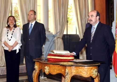 El exconsejero de Presidencia, Gaspar Zarrías (d), promete su cargo ante el entonces presidente andaluz, Manuel Chaves, y la exconsejera María del Mar Moreno