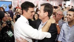 Tomás Gómez (d) se abraza con Pedro Sánchez (i)