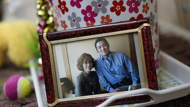 Fotografía de Goto junto a su madre