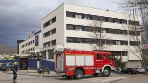 Una dotación del cuerpo de bomberos ante el Hospital Recoletas de Cuenca, que fue desalojado.