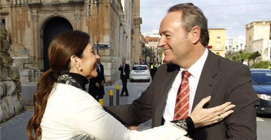 La alcaldesa de Elche, Mercedes Alonso, saluda al presidente de la Comunidad de Valencia, Alberto Fabra.