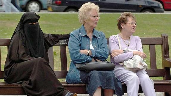 Tres mujeres, en un jardín de la ciudad escocesa de Glasgow