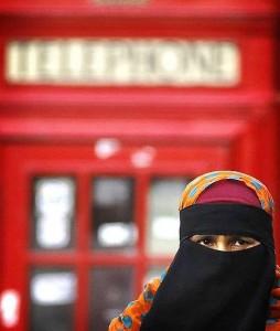 Una mujer musulmana viste el velo islámico en un suburbio del Este de Londres