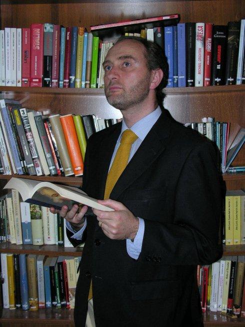 Santiago Martínez, hojeando un libro de historia.