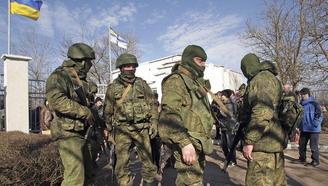 Soldados rusos a las afueras de Simferópol