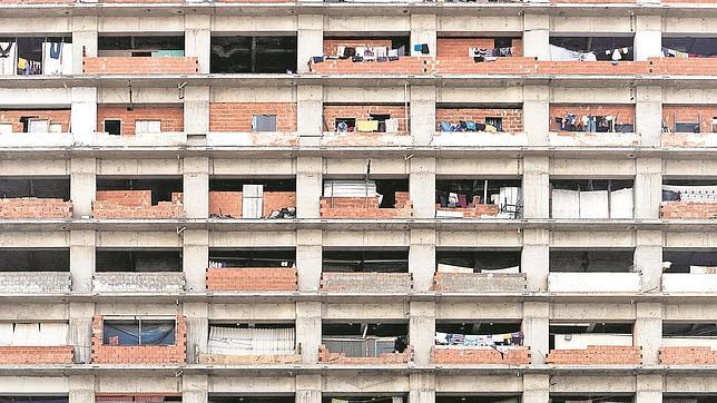 Una imagen de una de los laterales de la Torre David, un edificio financiero, abandonado en los años 90, que pretendía ser la estrella del Wall Street de Caracas y que hoy está habitado por familias sin recursos