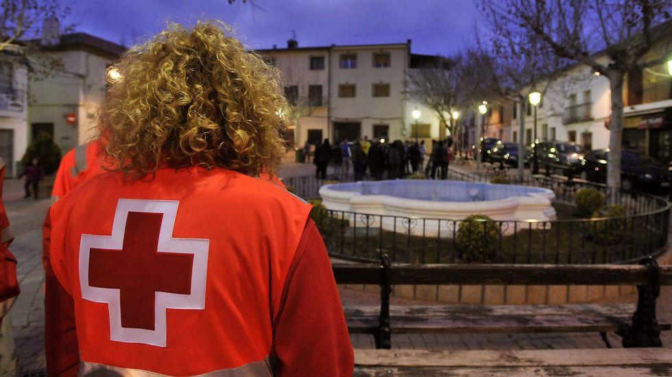 Un voluntario de Cruz Roja en la plaza del Ayuntamiento de Ossa de Montiel.