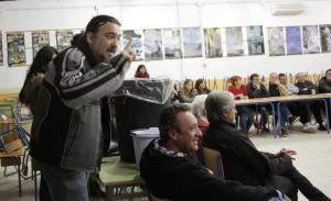El expulsado de Ganemos, Miguel Abreu, protestando durante un momento de la asamblea.