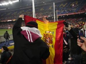 Aficionados separatistas del Barcelona queman una bandera española en el estadio Nou Camp