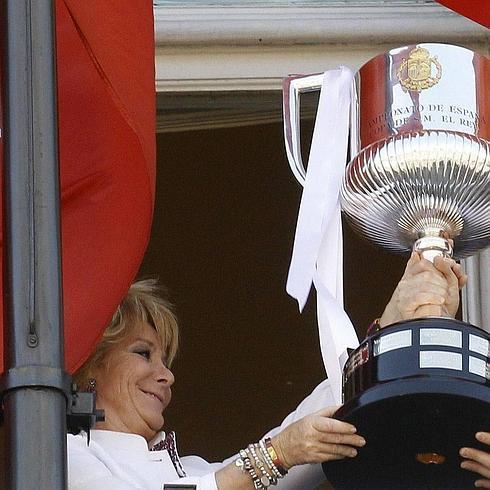 Esperanza Aguirre levanta el título conquistado por el Madrid en 2011.