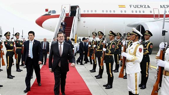 Rajoy, tras bajarse de su avión oficial, un Airbus A310.