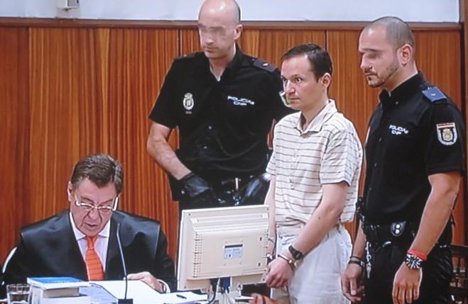 José Bretón, acusado de asesinar a sus hijos Ruth y José, es custodiado por dos polícias durante el juicio