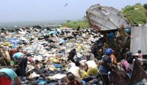 Pobres buscando alimentos en un vertedero de Venezuela