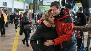 Familiares de los ocupantes del avión siniestrado llegan a El Prat.