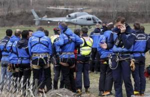 Polícias frances y gendarmen alpinos se preparan para iniciar los trabajos de rescate