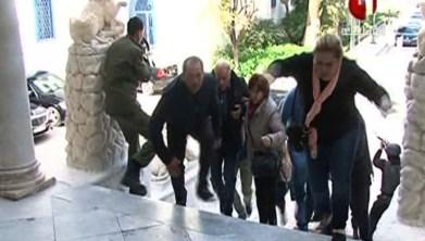 Imagen tomada de la televisión tunecina con rehenes huyendo.