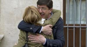 Juan Marín se abraza a una simpatizante en Sanlúcar (Cádiz).
