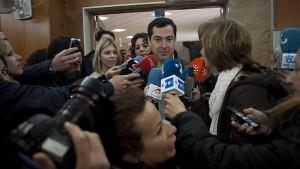 El candidato del PP, Juanma Moreno, tras votar esta mañana